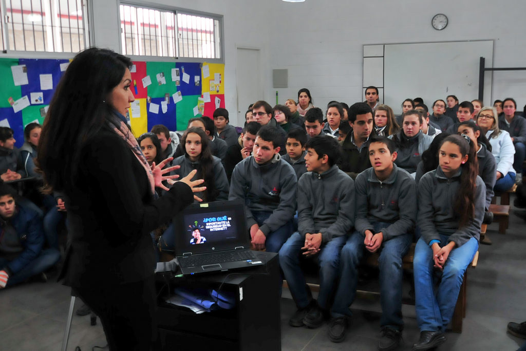 Die amerikanische Expertin Mónica Barajas schult Kinder und Jugendliche in Uruguay in der sicheren und verantwortungsvollen Nutzung des Internets und im Umgang mit Cyber-Diffamierung.